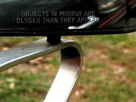 Hvordan installere en innvendig bakspeilet i 1999 Ford Taurus