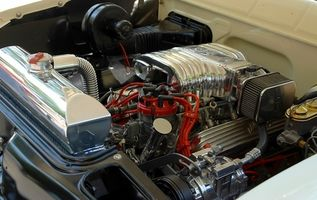 Tutorial på å erstatte en Alternator i en bil