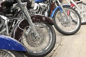 Hvordan å polere sentrum av motorsykkel felger