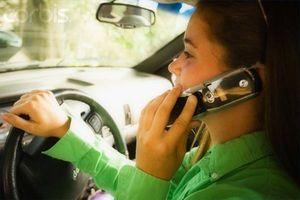 Farene ved cellen telefonbruk stund kjørende