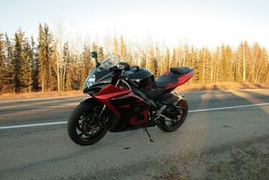 Hvordan du bytter olje på en Suzuki motorsykkel