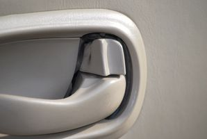Hvordan fjerne innsiden bil døren trimme