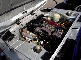 Hvordan fjerne starteren fra en 1996 Nissan Sentra