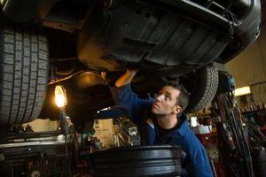 Hvordan du skal blø bremseslanger på en Dodge Dakota