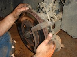 Hvordan erstatte foran rotorer på en 2003 Toyota Tacoma