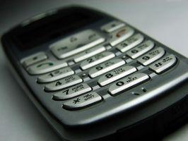 Hvordan ta en LG 5400 mobiltelefon fra hverandre