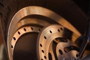 Hvordan installere bremseklosser på 2001 Ford Sport Trac?