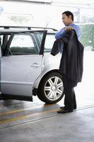 Hvordan fjerne Chrome døren strimler fra biler