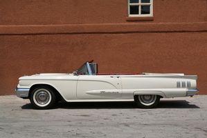 Hvordan fjerne en 1963 Thunderbird dørpanelet