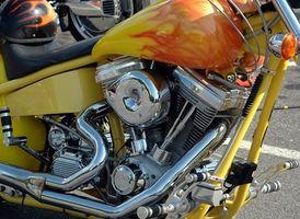 Hvordan rengjøre innsiden av en motorsykkel gass Tank