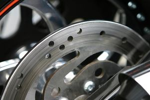 Hvordan endrer jeg bremseklosser på en 2000 Harley Softail motorsykkel?