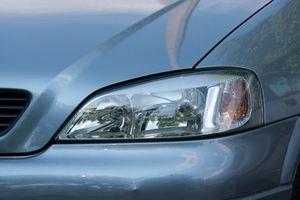 Hvordan rengjøre innsiden av frontlyktene på en 2002 VW Golf
