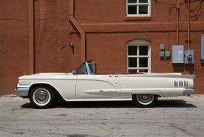 Hvor å endre et batteri i en 1960 Ford Thunderbird