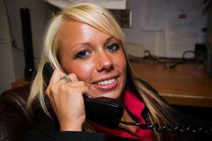 Hvordan sjekke talemeldinger fra en hjem telefon