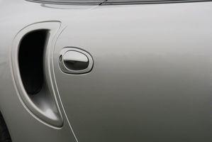 Hvordan fjerne Tape rester på en bildør