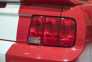 Hvordan installere Hood pinnene på Ford Mustang?