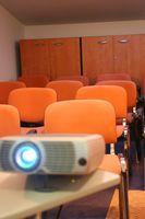Hvordan du leier en projektorskjermen