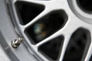 Hvordan erstatte bak lagrene på en 2002 Hyundai aksent