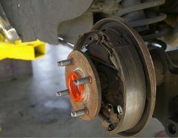 Hvordan erstatte bremser bak på en 03 Toyota Corolla