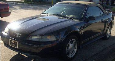 Hvordan fjerne en 2002 Mustang dørpanelet