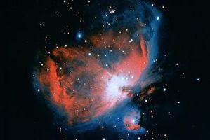 Hva er funksjonene til målet linsen på en reflekterende teleskop?