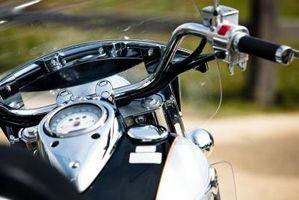 Hvordan å trygt vaske en motorsykkel frontruten