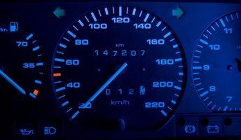 Hva betyr et blinkende flytende lys på bilen?