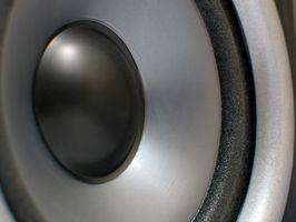 Hvordan koble opp bilen høyttalere til en hjem forsterker