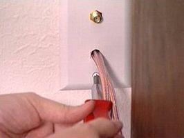 Hvordan tråd høyttalerkablene gjennom vegger