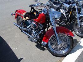 Installasjonsinstruksjoner for en kofferthylle på en Harley-Davidson motorsykkel