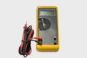 Hvordan sjekke et 12 volts batteri Gauge